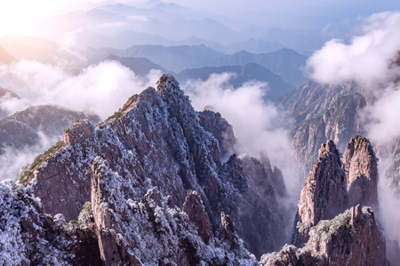 Sunrise above the peaks of Huangshan National park. China. Stockfoto