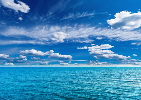 Uitzicht op zee op zonnige warme dagtijd.