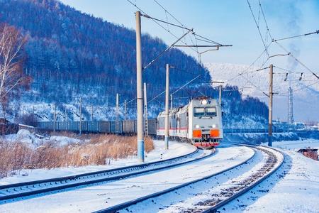 貨物列車はバイカル湖に沿って移動します。シベリア鉄道のトランス。ロシア。
