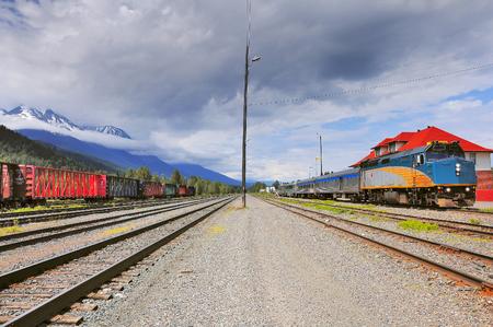 프린스 루퍼트에서 프린스 조지까지의 여객 열차는 기관차 승무원을 바꾸는 역에 서 있습니다. 스미 더스. 브리티시 컬럼비아. 캐나다.