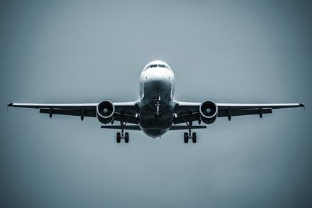 Landing van het passagiersvliegtuig. Stockfoto - 100971688