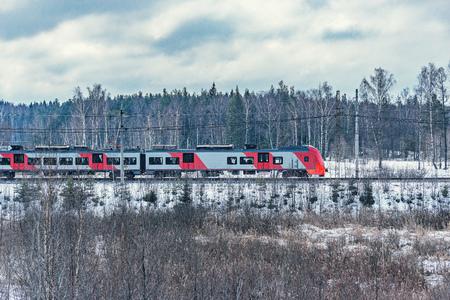 Il moderno treno ad alta velocità si avvicina alla stazione al mattino d'inverno.