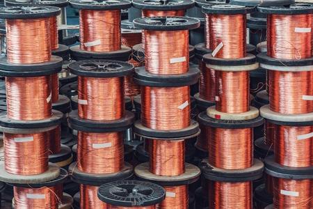 ? Se pierden muchas bobinas de alambre metálico dentro de la planta. Foto de archivo