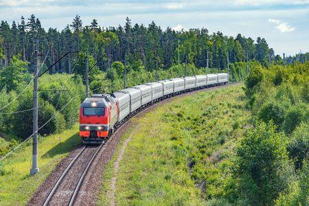 Der Personenzug nähert sich dem Bahnhof zur Sommermorgenzeit. Standard-Bild