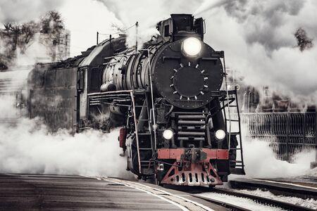 Il treno a vapore parte dalla stazione ferroviaria di Riga. Mosca. Russia.
