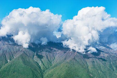 Kaukasus und Wolken oben zur Tageszeit. Sotschi. Russland.