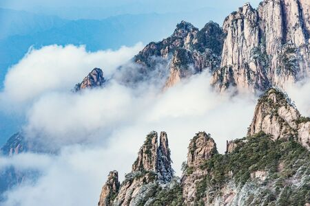 Clouds by the mountain peaks of Huangshan National park. China. Imagens