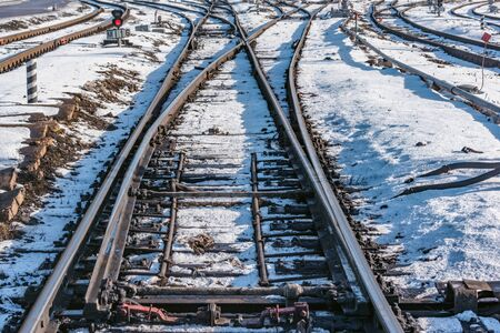 Railway tracks on the big station at winter day time. Imagens - 140362266