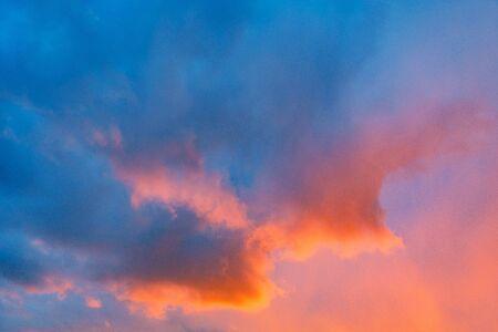 Cloudscape incroyable sur le ciel au coucher du soleil.