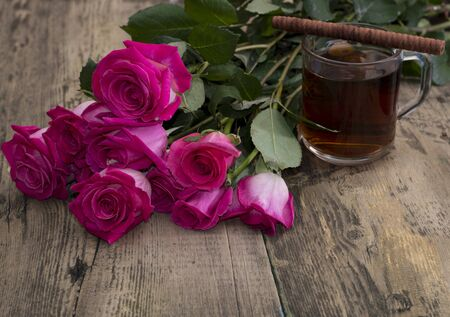 bouquet fleurs: glass of strong tea, cookies and bouquet of scarlet roses