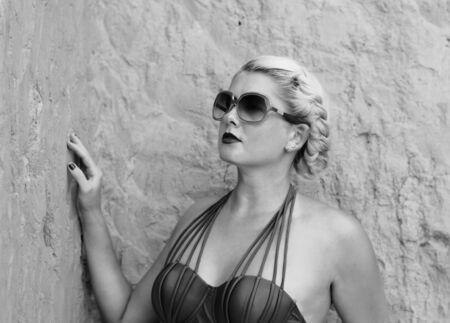 ragazza innamorata: ritratto della bella donna alla roccia, la foto in bianco e nero Archivio Fotografico