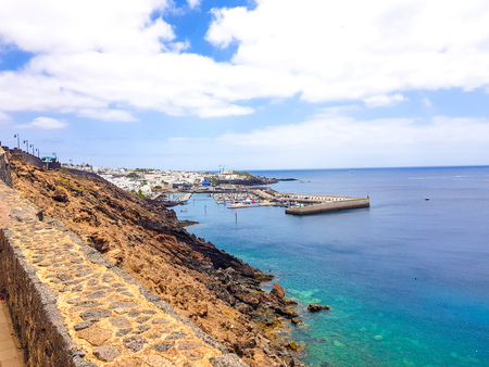 Promenade along ocean coast in Puerto del Carmen holiday town, Lanzarote, Canary Islands, Spain Stockfoto
