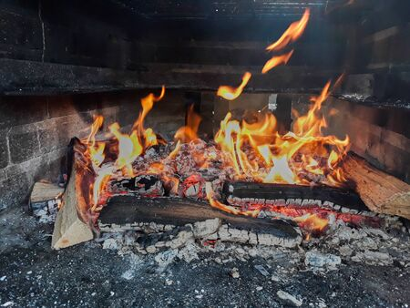 Embers and bonfire prepared for barbecue Stockfoto