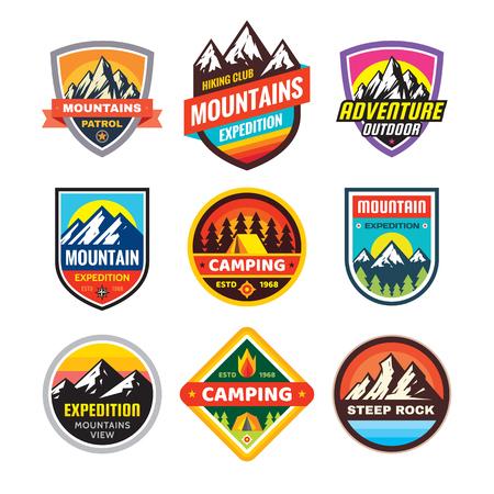 Set di concetto di avventura all'aperto, campeggio estivo, emblema, alpinismo. Simbolo adesivo di esplorazione estrema. Illustrazione vettoriale creativo. Elemento di design grafico. Vettoriali