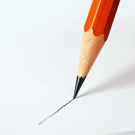 lapiz y papel: l�piz dibuja una l�nea recta sobre un fondo blanco