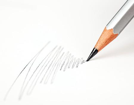 matita disegna su una carta bianca