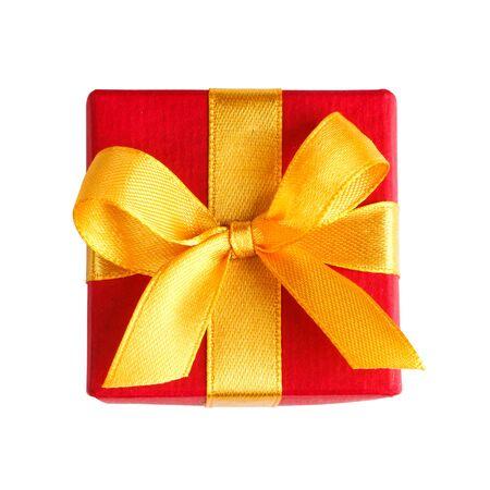 rode gift box met gouden lint en boog die op wit met het knippen van weg bovenaanzicht Stockfoto