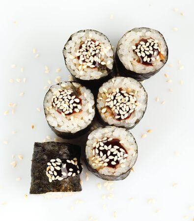 comida japonesa: Sushi japon�s tradicional espolvoreado con vista superior de s�samo Foto de archivo