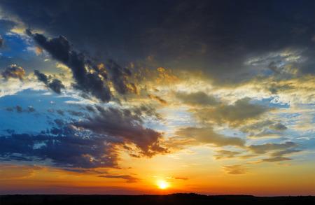 mooie hemel zonsondergang wolken landschap