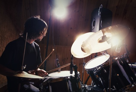 concierto de rock: baterista tocando su kit