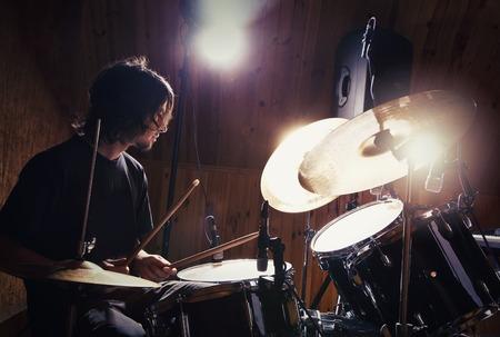 tambor: baterista tocando su kit