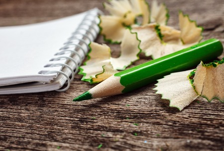 나무 배경에 pensil 및 연필 부스러기와 노트북 스톡 콘텐츠 - 47565430