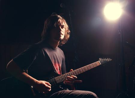 jonge gitarist spelen op de elektrische gitaar