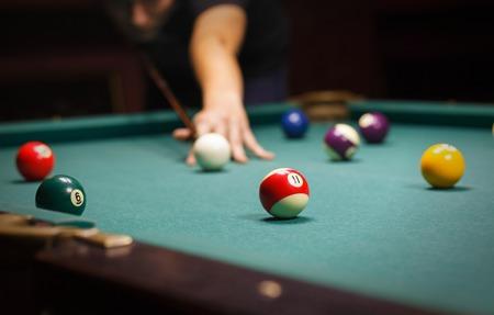 jeu: Jouer billard - Gros plan d'un homme jouant de billard Banque d'images