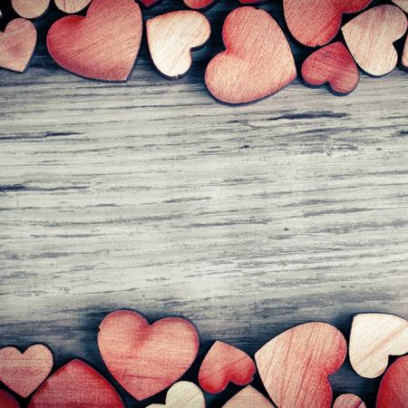 ロマンス: 木製の心のテキストと背景 写真素材