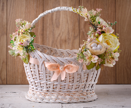 Easter basket. Easter basket decorated with flowers and composition of quail eggs 免版税图像
