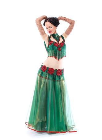La chica con un vestido verde se detuvo en el baile. Foto de archivo