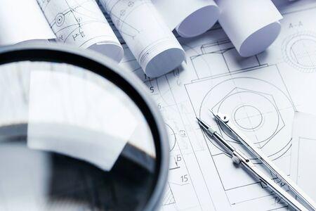 Lupa para trabajar con pequeños detalles del dibujo de ingeniería. 3. Ingeniería y tecnología. Dibujo técnico. enfoque selectivo