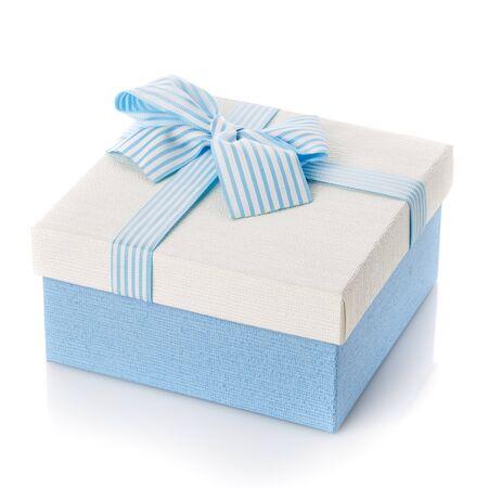 白色背景上带丝带和蝴蝶结的蓝色礼盒。节日的概念,生日,三月八日,母亲节。