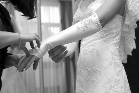 lace up: Friend help the bride to wear a glove