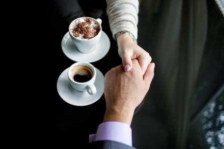 Konzept der männlichen und weiblichen Händen, Liebe und Kaffee