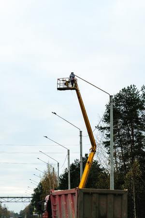 worker works on a hoisting rig Foto de archivo