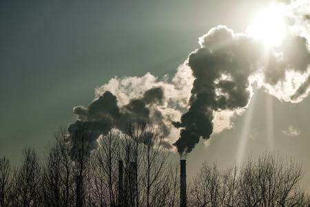 épaisse éructations de fumée des cheminées d & # 39 ; usine