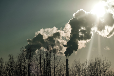 thick smoke belching from factory chimneys Imagens - 98273746