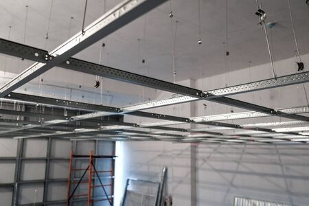 the installation of suspended ceiling at the construction site 版權商用圖片