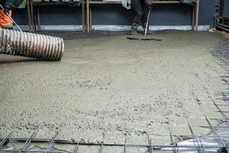 the builders poured concrete at the construction site 版權商用圖片