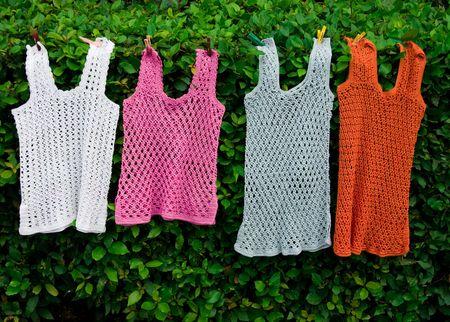Weibliche stilvolle Sommer Westen von verschiedenen Farben hängen Wäscheklammern Standard-Bild - 3618750