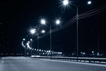 Nacht stedelijke straat met licht uit lantaarns
