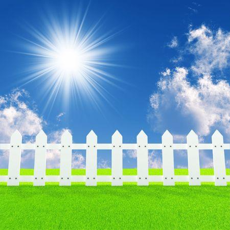 Witte fence op een zomer gazon in een dag zon