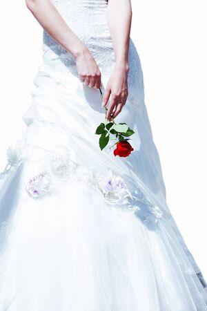 Rote Rose in Händen und weißen Kleid der Braut Standard-Bild