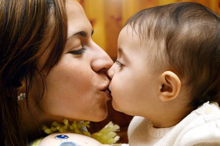 to kiss: beso mam� beb� Foto de archivo