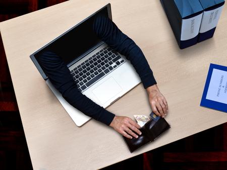 ladron: hackers haciendo delitos informáticos y el robo de registros de tarjetas de crédito y dinero en línea