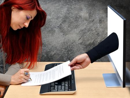 contratos: Mujer de las compras en línea y pagar con tarjeta de crédito Foto de archivo
