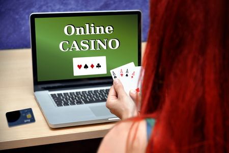 sexy woman playing online poker casino game 版權商用圖片