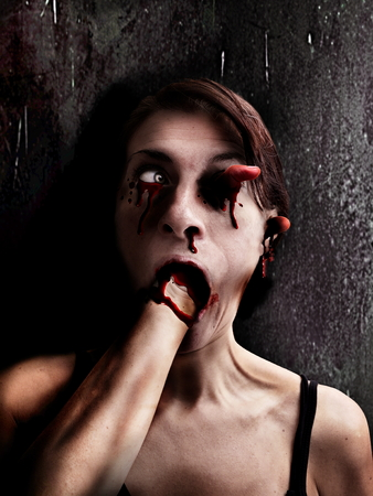 Faccia spaventosa della donna horror Archivio Fotografico - 83416083