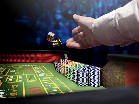 dice throw on craps casino table 免版税图像